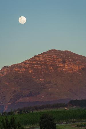 月夕暮れ時ケープタウンの山の上低