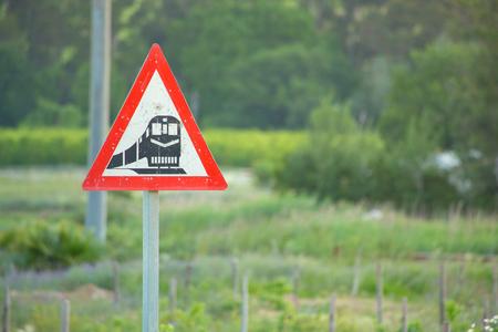 ファームの鉄道による警告標識を列車します。