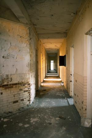 光の洪水台無しに放棄された病院の廊下