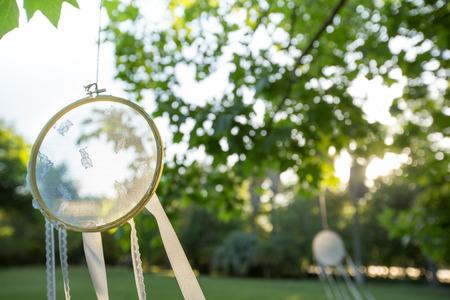 夏の光の庭でハングアップするレース夢キャッチャー 写真素材