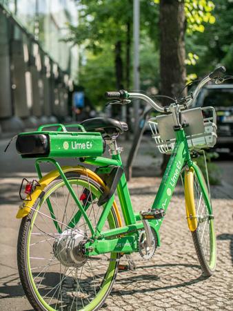 A Lime-E electric bike on a sidewalk in Berlin, Germany 報道画像