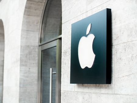 The Apple logo on the front of a flagship Apple store in Berlin, Germany 報道画像