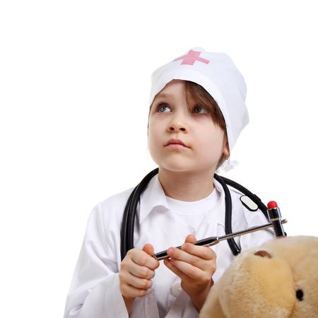 enfermera con cofia: bonita niña preescolar jugando un médico