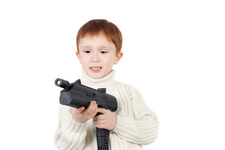 serious little boy with the big black pistol Banque d'images