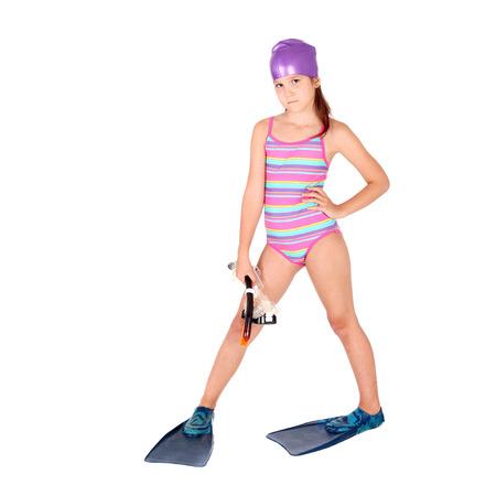 Pretty Little Girl vistiendo las aletas y la máscara de snorkel