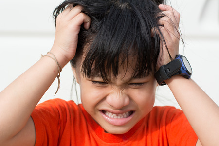 piojos: Ni�o enojado, porque los piojos en la cabeza.