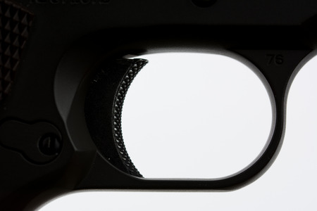 gatillo: Gatillo de la pistola sobre fondo blanco Foto de archivo