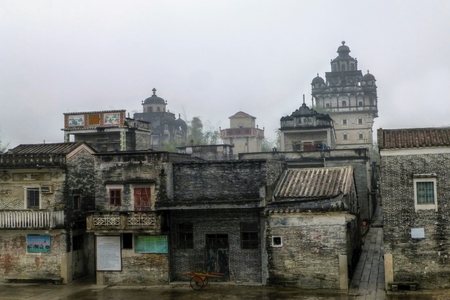 The Kaiping Diaolou (watchtowers) in Guangdong Province in China has fortified multi-storey towers served mainly as protection against forays by bandits, and some of them also served as living quarters. Redakční