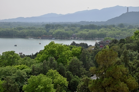 Kunming Lake on the grounds of the Summer Palace in Beijing with the Tower of Buddhist Incense standing on the Longevity Hill in the background. Redakční