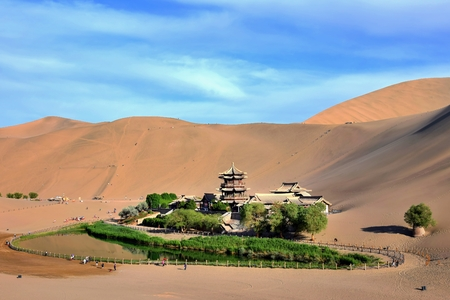 Crescent lake in Mingsha Shan (Echo Sand Mountain) near Dunhuang city, Gansu province, China. Stok Fotoğraf