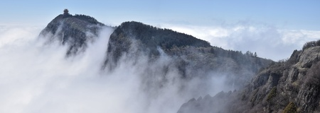 A small gazebo on the top of the majestic cliff of Emai Mountains in Sichuan province in China hidden in the clouds. 版權商用圖片