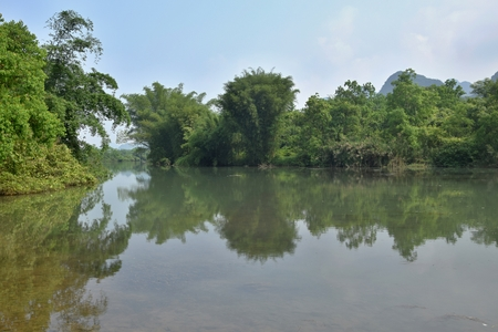 The Yulong River, a small tributary of the larger Li River, runs through Yangshuo county in Guangxi in China. 版權商用圖片