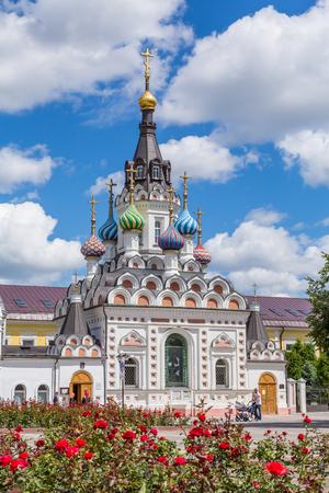 """De Kerk van de Moeder Gods """"Assuage My Sorrows"""" in Saratov. De bouw werd voltooid in 1906. Rusland. Op een zonnige zomerdag."""