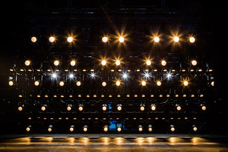 Spotlights & verlichtingsapparatuur voor het theater. Geel licht. Stockfoto