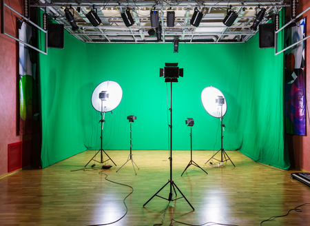 Studio for movies. Green screen. The chroma key. Lighting equipment in the pavilion. Show business Banque d'images