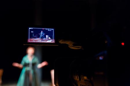 실내에서 여배우 또는 가수의 공연을 촬영합니다. 디지털 비디오 카메라. 컬러 LED 디스플레이. TV 스튜디오.