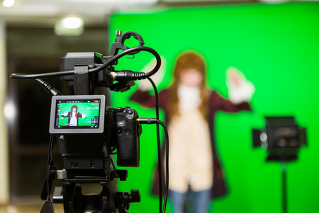 The actor starred in the interior on a green background. The chroma key. Filming equipment. Zdjęcie Seryjne