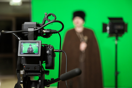 The actor starred in the interior on a green background. The chroma key. Filming equipment. Banque d'images