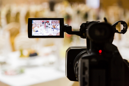 Filming of the event. Videography. Served tables in the Banquet hall. Foto de archivo
