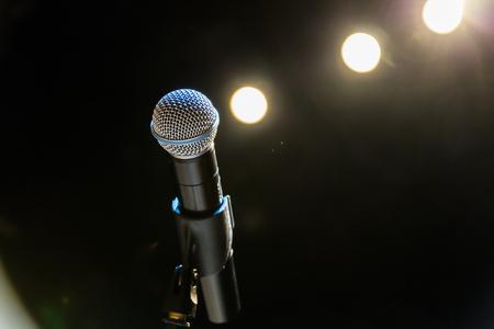 Drahtloses Mikrofon auf der Bühne. Standard-Bild