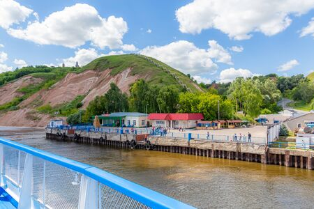 Tetyushi, Republic of Tatarstan / Russia - July 3, 2019: Berth for cruise ships on the Volga river in Tetyushi. On a Sunny summer day. Picturesque landscape. Clouds and mountains on the horizon. 新聞圖片