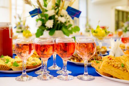 Rose wine in glasses on the Banquet table. Delicacies and snacks at the buffet. Catering. Stok Fotoğraf - 131891003