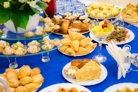 Festively laid tables at the Banquet. Various delicacies, snacks and drinks. Catering. Stok Fotoğraf - 131890898