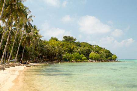 Karimunjawa 島の澄んだ水と美しい湾 写真素材 - 77211409