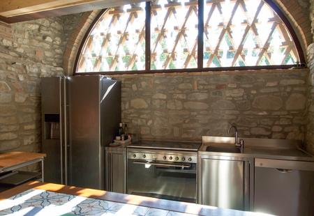 cucina in acciaio modulare con grande frigorifero e lavastoviglie