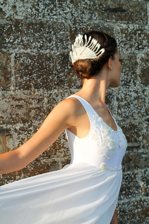 pies bailando: details of young woman in  white wedding dress and hairstyle with pearls