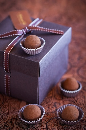 Chocolade truffels in geschenkverpakking, selectieve aandacht