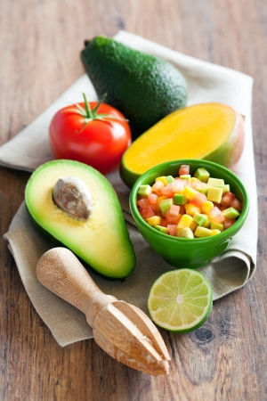 Avocado, tomaat, mango salade met limoen dressing, selectieve aandacht
