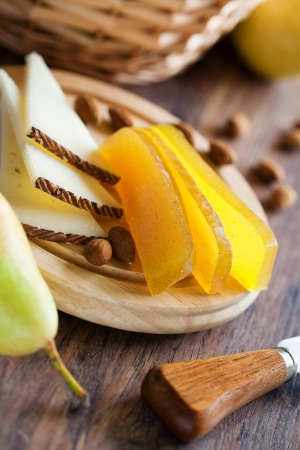 Peer vanille marmelade en plakjes kaas, selectieve aandacht Stockfoto