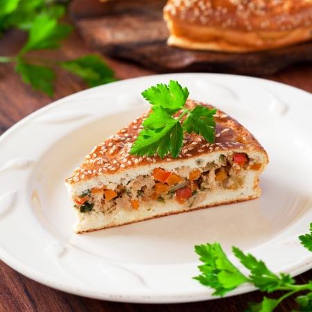 Stuk taart met kip en groenten, selectieve aandacht Stockfoto