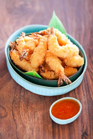 Garnalen tempura met pittige chili saus, selectieve aandacht