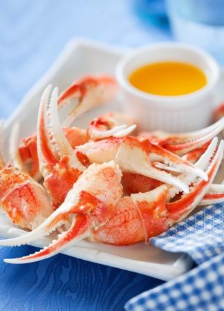 Gekookte krab klauwen met oranje saus, selectieve aandacht