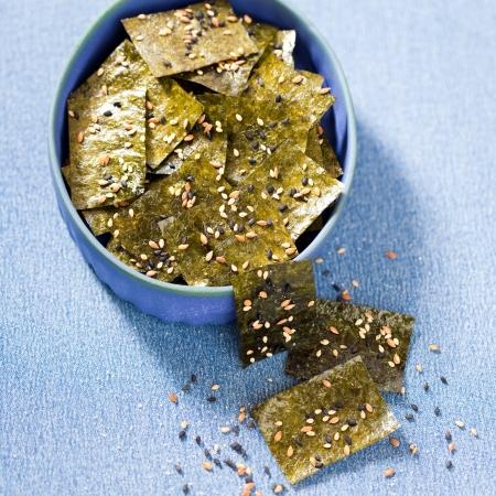 Nori chips met zeezout, sesamzaad en lijnzaad, selectieve aandacht Stockfoto