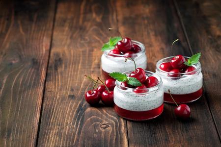 yaourt: Les graines de chia pudding yaourt, gelée et cerises douces fraîches en pot, mise au point sélective Banque d'images