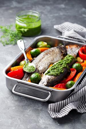 hormig�n: Trucha al horno con verduras y pesto de eneldo, enfoque selectivo