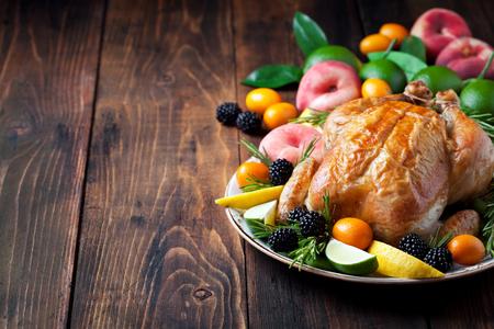 Gebakken hele kip, vers fruit en bessen, selectieve aandacht