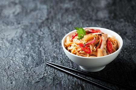 Fideos con verduras, pollo y piña en salsa agridulce, el enfoque selectivo