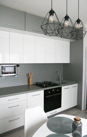 Diseño de cocina blanca. Interior de cocina escandinavo, limpio y sencillo. Hogar moderno, monimalismo. Foto de archivo