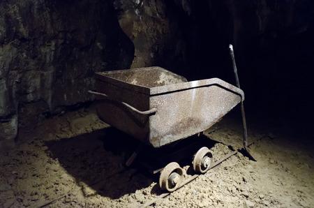 camion minero: Cami�n de miner�a met�lica de edad y de la mano Foto de archivo