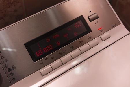 panel de control: panel de control de la lavadora con pantalla Foto de archivo