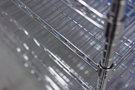 metallic roestvrij draadetages op de trolley