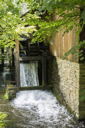 水によって駆動される駆動輪を水します。