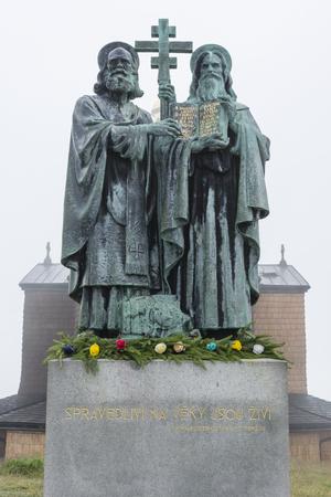 시릴 (Cyril)과 메토 디오스 (Methius)의 동상이 콘크리트 바닥에 있습니다.