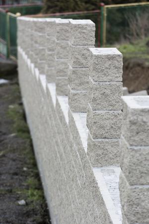 벽돌 울타리의 미완성 된 부분. 스톡 콘텐츠 - 99004239