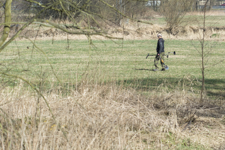Man with spade and metal detector on a meadow. Banque d'images