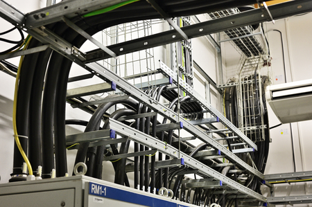 Cables placed on the cable rack in the interior. Standard-Bild
